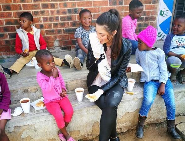 ▲▼南非小姐餵小孩戴手套惹議,網友爭相諷刺。(圖/翻攝IG demileighnp)