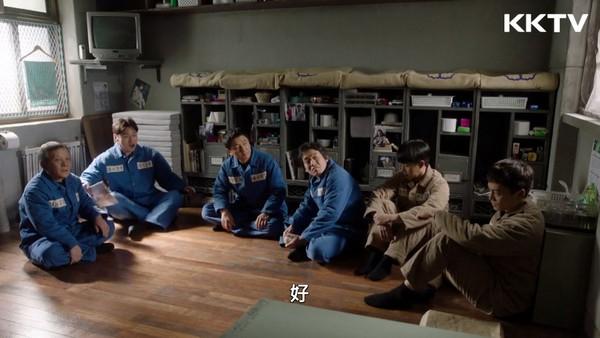 ▲《被告人》裡面有不同顏色的囚服。(圖/KKTV)