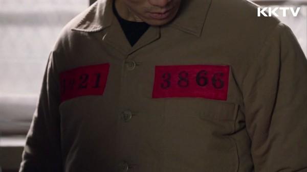 ▲《被告人》中紅色牌子的囚服是死刑犯。(圖/KKTV)