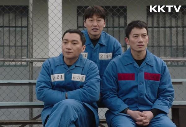 ▲《被告人》囚犯名牌有別。(圖/KKTV)