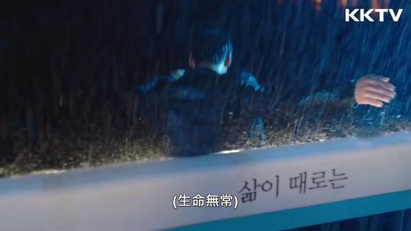 ▲《W - 兩個世界》李鍾碩跳漢江場景。(圖/KKTV)