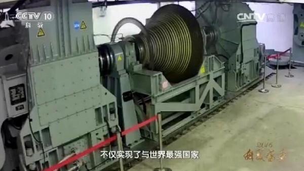 《央視》在最新的紀錄片中在表彰馬偉明團隊時,曝光疑似中國國產電磁阻攔器、電磁魚雷發射、電磁炮,艦艇中壓直流綜合電力系統的圖片。(圖/翻攝自央視)