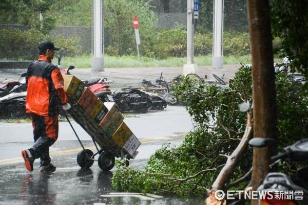 ▲颱風天,送貨員。(圖/記者陳明仁攝)