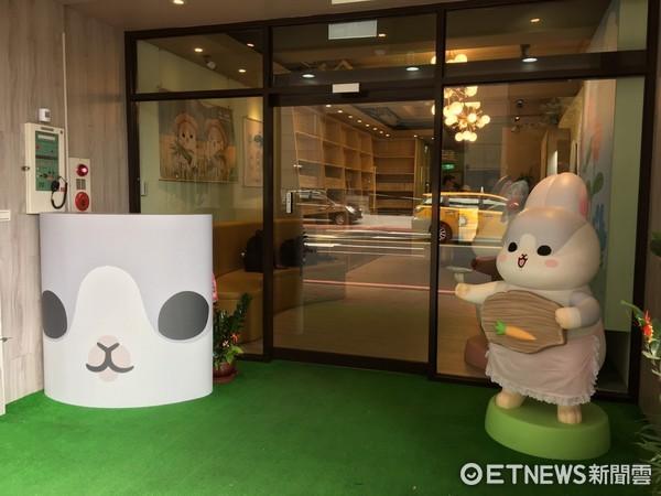 ▲ㄇㄚˊ幾兔主題餐廳店門口擺放大型公仔吸引粉絲。(圖/記者張舒芸攝)