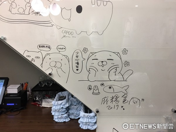 ▲也有很多貼圖插畫家到訪過,在牆上留下簽名。(圖/記者張舒芸攝)