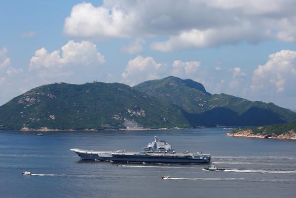 ▲▼遼寧號離開香港。(圖/路透社)
