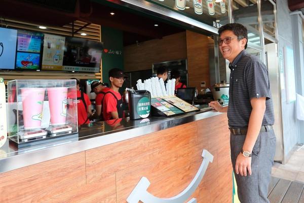 古意、話不多的趙福全(右),近期陸續將公司放手給2個兒子,但仍主掌關鍵的「聞、喝」拼配茶技術。