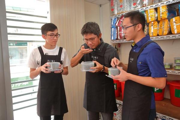 用嗅覺、味覺調整出的拼配茶是清心核心技術,53歲的趙福全(中)從2個兒子趙啟宏(左)、趙啟成(右)小學開始,就教他們辨別茶葉香氣。