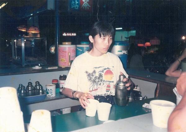 30年前,趙福全和妻子李青育(圖)擺設簡易吧檯、茶桶、冰櫥、糖罐等,創業泡沫手搖飲料,經常忙到沒時間吃飯。(趙啟宏提供)
