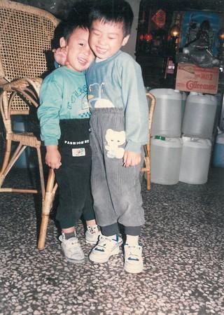 相差1歲的趙啟宏(右)、趙啟成(左)從小在店裡成長,哥倆感情好,至今一起相互扶持幫助清心轉型。(趙啟宏提供)