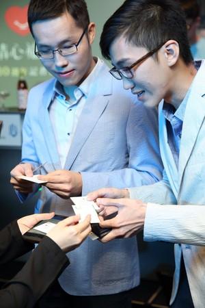 清心今年首次舉辦記者會,由趙福全大兒子趙啟宏(右)、小兒子趙啟成(左)上台面對媒體,交棒意味濃厚。
