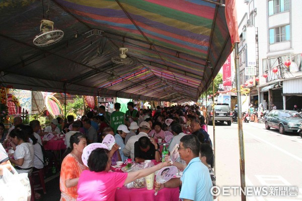 ▲台南市安平區「安平觀音亭」觀世佛祖平安宴,每年都吸引2千多位信眾參與。(圖/記者林悅攝)