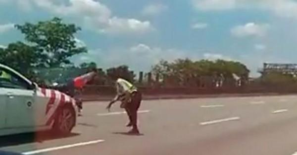 ▲機車違規逆向上國道遭警察用三角錐擊落。(圖/翻攝自爆料公社)