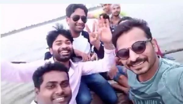印度8男擠小船開心自拍 下一秒翻船...身旁好友全溺斃。(圖/翻攝自「Pankaj Doifode」的臉書)