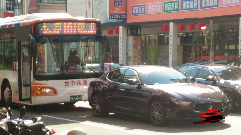 ▲▼公車追撞瑪莎拉蒂,司機臉慘綠。(圖/翻攝聯結車 大貨車 大客車 拉拉隊 運輸業 照片影片資訊分享團)