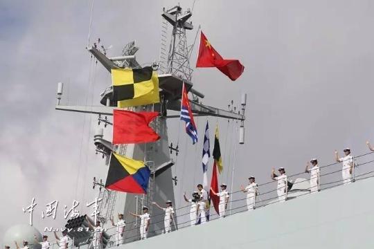 中國首次海外駐軍,部隊在解放軍海軍司令員沈金龍的授旗下,正式在廣東湛江某軍港碼頭前往東非吉布地基地。(圖/翻攝自中國海軍)