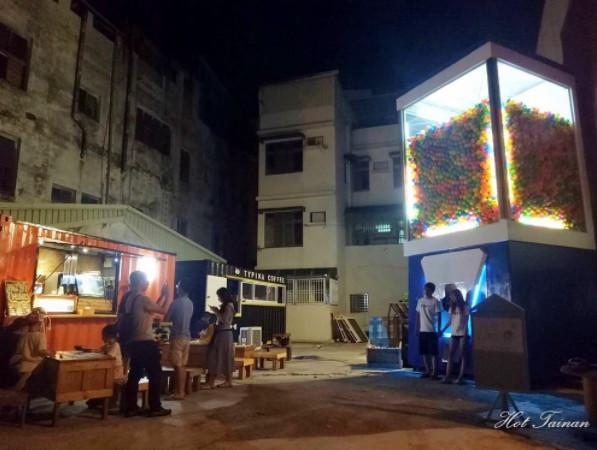 ▲台南超巨大扭蛋機 Gacha box。(圖/IG@hotainan提供,請勿隨意翻拍,以免侵權。)