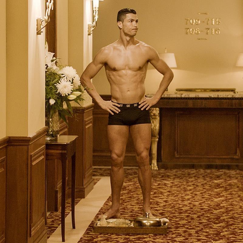 ▲C羅只穿內褲拍廣告(圖/翻攝自Cristiano Ronaldo FB)