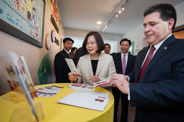 ▲▼蔡英文、卡提斯出席中華民國與巴拉圭共和國建交60週年紀念郵票發行典禮。(圖/總統府提供)