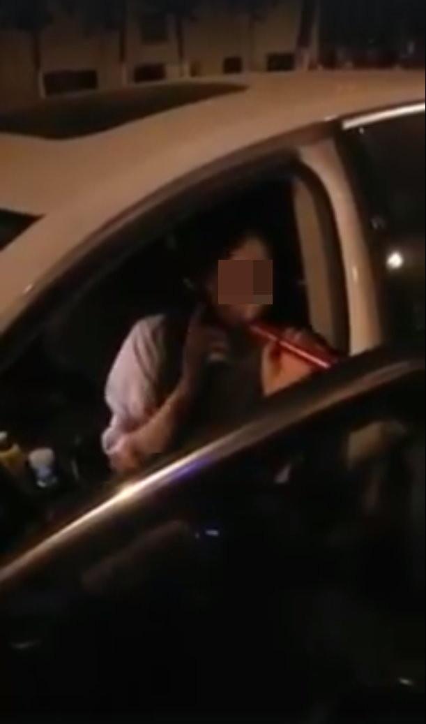 一名女駕駛要含「酒精檢知器」,讓警察直呼「吹氣就好」。(圖/翻攝「爆料公社」)