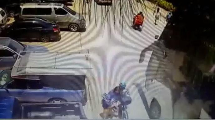 泰國一名單車騎士和女路人相撞,倒地被遊覽車輾頭。(圖/翻攝「เพจคลิปดังเฟซบุ๊ก」臉書粉專)