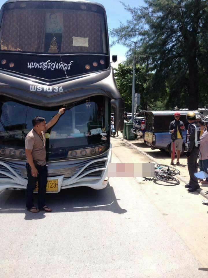 泰國一名單車騎士和女路人相撞,倒地被遊覽車輾頭。(圖/翻攝「กู้ภัย แร๊ปเปอร์ 」臉書)