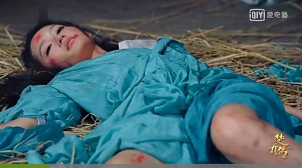 ▲李沁遭3男性侵,雙腿染血。(圖/翻攝自《楚喬傳》微博)