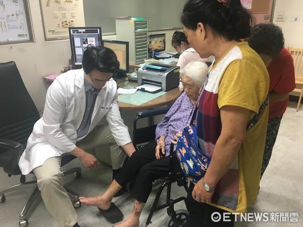 ▲人瑞跌倒骨折,南投醫院醫師王證琪幫阿嬤進行微創手術復原。(圖/記者張舒芸攝)