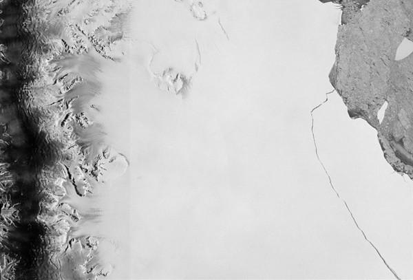 ▲▼拉森C冰棚(Larsen C Ice Shelf)有塊面積達6000平方公里近日脫離南極大陸,將會被命名為「A68冰山」。(圖/路透社)