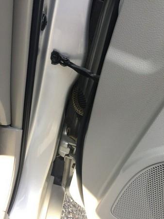▲車主寧燒毀愛車也不碰蛇 網友一看「大蛇照」全笑翻!(圖/翻攝自「Auburn (Maine) Police Department」粉絲專頁)