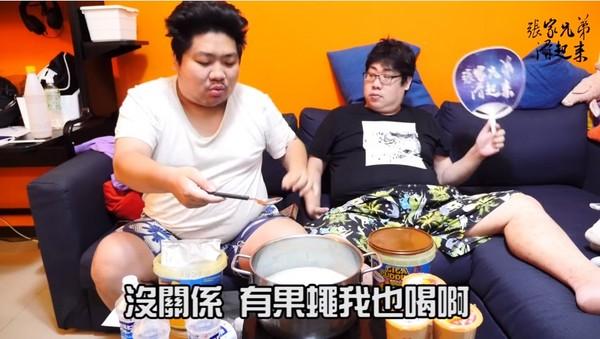 滑!統神x國動特製「20人份大布丁」 開蓋狂嘔:怎麼這麼噁。(圖/取自YouTube/張家兄弟滑起來)