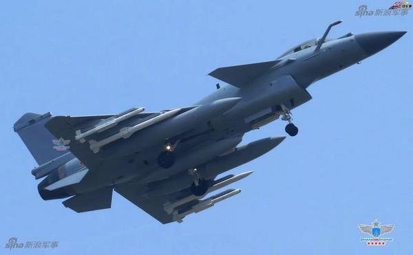 網友近日拍攝到殲-10C全副武裝照片,該機左右兩側機翼下各攜帶1枚霹靂-10(PL-10)和霹靂-15(PL-15)空空導彈,另外也掛載3個副油箱。(圖/翻攝自新浪軍事)