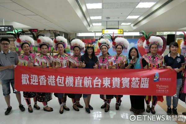 台東暑假推動香港─台東包機專案,首航班機近有百名旅客搭乘,班機幾乎客滿。(圖台東縣政府提供)