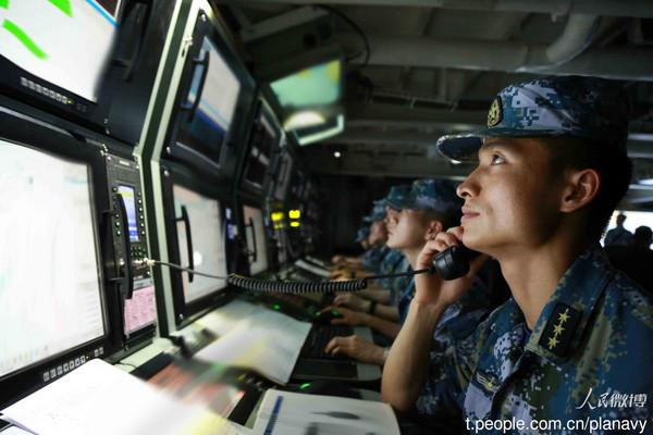 遼寧艦航母編隊脫離我國航空識別區後,隨即組織複雜海空情背景下的編隊指揮所訓練,中國也同時罕見流出疑為航母指揮中心照片。(圖/翻攝自人民微博)