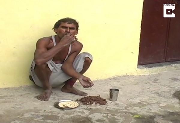 ▲▼印度赫爾德瓦爾(Haridwar)45歲農民工Kamleshwar最愛吃泥土與磚頭,還要搭配薄餅吃下肚。(圖/翻攝自YouTube/Caters TV)