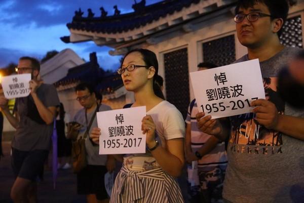 不少民眾自動參與追思會,並拿著標語,追悼劉曉波。