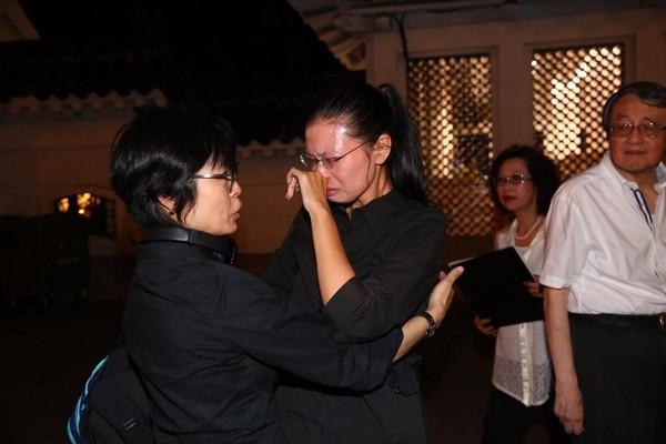 李明哲妻子李淨瑜現身追思會場,聽到激動處一度哽咽,友人連忙安撫。