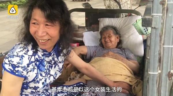 「現代老萊子」為找回母親笑容 穿女裝扮20年去世妹妹