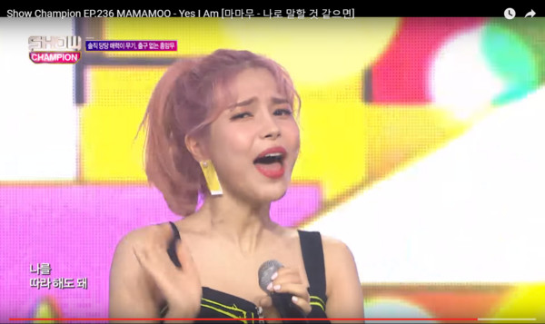 MAMAMOO頌樂耳機壞了。(圖/翻攝自Youtube/ALL THE K-POP)