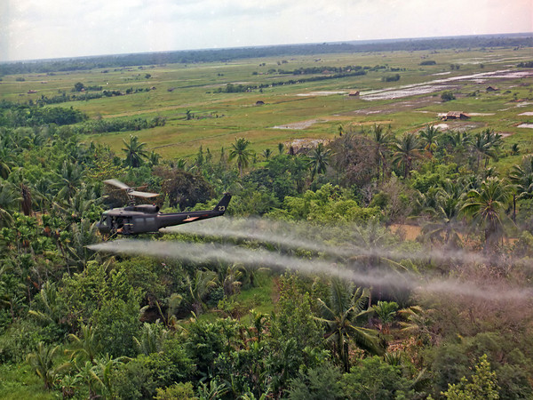 越戰,美軍噴灑落葉劑(圖/翻攝自維基百科)https://commons.wikimedia.org/wiki/File:Defoliation_agent_spraying.jpg#/media/File:Defoliation_agent_spraying.jpg