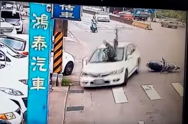 ▲三峽發生一起離奇車禍,機車騎士棄車逃亡,卻被轎車撞飛。(圖/翻攝自梁詠智 YouTube)