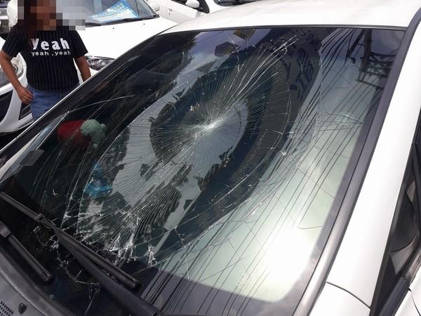 ▲三峽發生一起離奇車禍,機車騎士棄車逃亡,卻被轎車撞飛。(圖/翻攝自臉書)