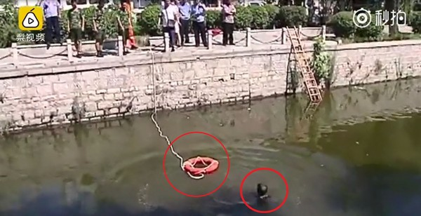 ▲▼山東省濟南市一名約40歲男子跳河,拒絕任何救援,還把救人者16歲少年小閆的頭壓進水裡。(圖/翻攝自梨視頻)