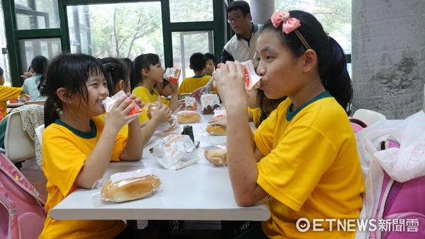 ▲東森慈善基金會,愛的早餐,福民國小。(圖/記者謝婷婷攝)