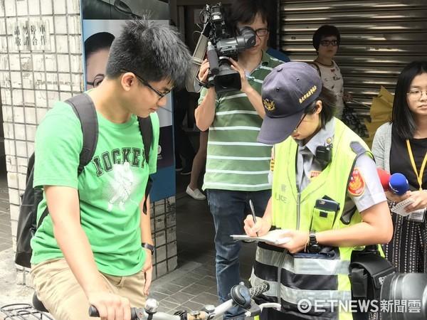 ▲▼自行車違規北市開罰了,截至11點共取締33件、勸導83件。(圖/記者柳名耕翻攝)