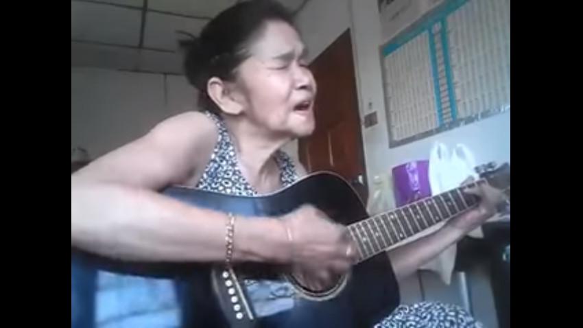 ▲▼泰國阿嬤彈唱Beautiful Sunday 表情陶醉氣場直逼網紅。(圖/翻攝自Youtube/HeaRTBeaT)