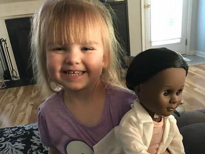 買黑人娃娃被店員質問,金髮小女孩天真神回讓媽媽心暖暖