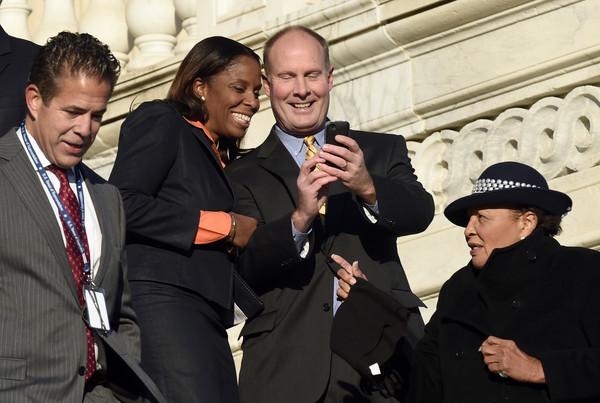 ▲▼美國議員普拉斯基特(左邊第2位)遭駐守散播裸照。(圖/達志影像/美聯社)