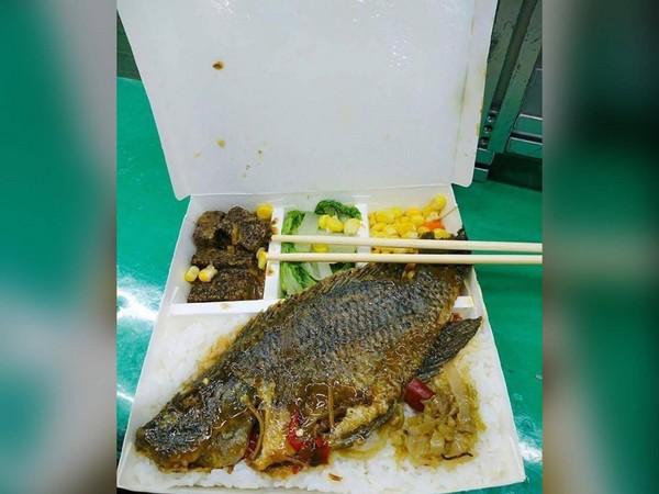 ▲網友公司提供的魚便當,驚呆所有員工。(圖/翻攝自爆怨公社)