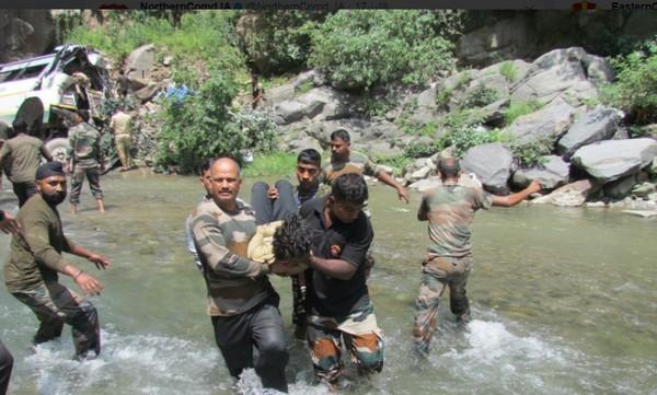 ▲印度軍方提供緊急救援。(圖/翻攝自推特/NorthernComd_IA)